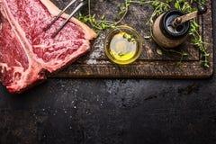 T-ben biff med olja och kryddor för galler eller steka på mörk träbakgrund, bästa sikt Royaltyfria Bilder