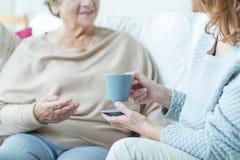 Tè bevente con la madre anziana Fotografia Stock Libera da Diritti
