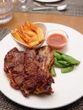 T-Bone-Steak mit Pommes-Frites lizenzfreie stockfotografie