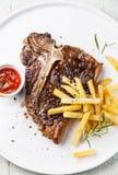 T-Bone-Steak mit Pommes-Frites Stockbilder