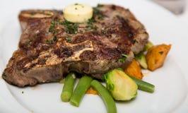 T-Bone Steak on Vegetable Garnish Royalty Free Stock Photos