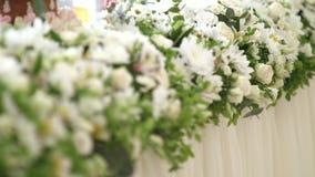 t?a boutonniere karty wystroju dekoraci zaproszenia per?y r??e target2134_1_ biel Projekt ?lubne dekoracje Kwiaty na stole zbiory wideo
