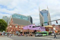 AT&T byggnad och Broadway, Nashville, Tennessee royaltyfria foton