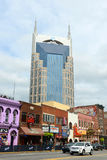 AT&T byggnad och Broadway, Nashville, Tennessee arkivfoto