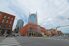 AT&T byggnad och Broadway, Nashville, TN, USA Fotografering för Bildbyråer