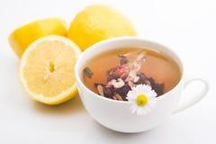 Té caliente del limón en taza Foto de archivo libre de regalías