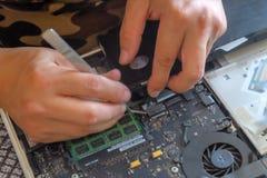 T?cnico do computador que repara o PC fotografia de stock