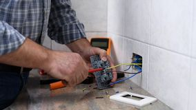 T?cnico do eletricista no trabalho em um sistema bonde residencial Ind?stria da constru??o civil filme