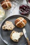 Tè crema inglese, focaccine al latte fresche Fotografia Stock Libera da Diritti