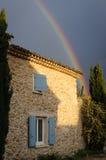 Tęcza nad kamienia domem w Provence, Francja Obrazy Stock