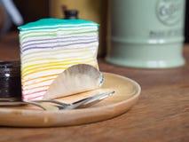 Tęcza tort na drewnianym naczyniu Zdjęcia Royalty Free