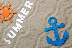 ?t? d'inscription des lettres blanches de papier sur le sable de mer ?t? Relaxation Vacances Vue de ci-avant photographie stock libre de droits