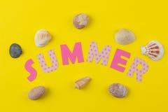 ?t? d'inscription du papier des lettres et des coquillages multicolores sur un fond jaune lumineux ?t? Relaxation Vacances photo stock