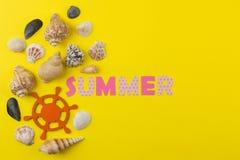 ?t? d'inscription du papier des lettres et des coquillages multicolores sur un fond jaune lumineux ?t? Relaxation Vacances photographie stock