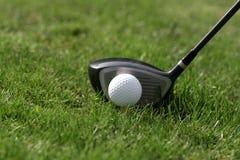 T da esfera de golfe - conduza a grama Fotografia de Stock