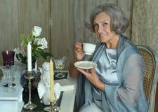 Té de consumición de la mujer mayor Foto de archivo libre de regalías