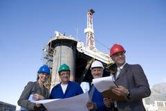 Té de la ingeniería de la encuesta sobre la plataforma petrolera Fotos de archivo