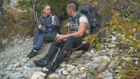 T? della bevanda e di resto vicino al fiume della montagna viaggi della famiglia Ambiente della gente dalle montagne, fiumi, corr stock footage