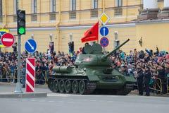 T-34-85 - den sovjetiska behållaren av de stora patriotiska krigtagandeen särar, St Petersburg Fotografering för Bildbyråer
