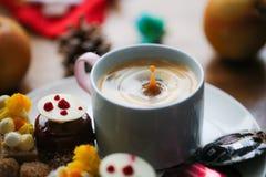T? di pomeriggio del caff? nell'inverno fotografia stock