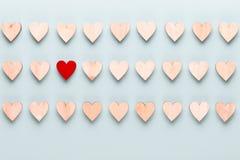 t?a dzie? szcz??liwi valentines Z ma?ymi sercami na pastelowym tle obraz stock