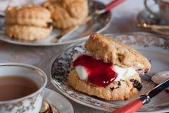 Tè e focaccine al latte inglesi tradizionali Immagine Stock Libera da Diritti