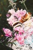T? en estilo rural en jard?n del verano Dos tazas de t? negro y de crepes en mantel de encaje hecho a ganchillo hecho a mano del  imagen de archivo