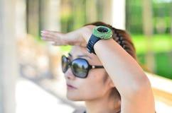 Été femmes s'usants d'une montre Photo libre de droits
