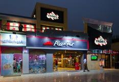 T g 我 星期五` s、必胜客、Baskin Robbins在购物和纳马的娱乐区咆哮, Sharm El谢赫,埃及 免版税库存图片