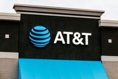 AT&T handlu detalicznego telefon komórkowy i ruchliwość sklep AT&T zawijał w górę swój połączenia z WarnerMedia i teraz kontroluj fotografia royalty free