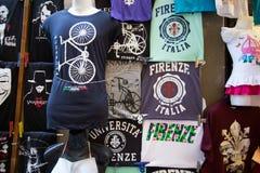 T- Hemden im Verkauf am Markt in der Stadt von Florenz, Italien Lizenzfreie Stockfotos