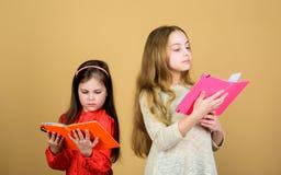 t i E Девушки детей с книгами или стоковое фото rf