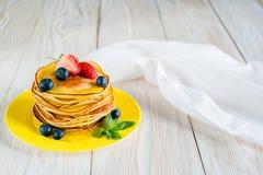 tła karmowych blinów tradycyjny biel Zdjęcie Stock