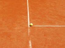 T-línea del campo de tenis con la bola (22) Foto de archivo