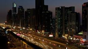 T l jeque de WS ha zayed el tráfico Dubai United Arab Emirates uae de la noche del camino almacen de video