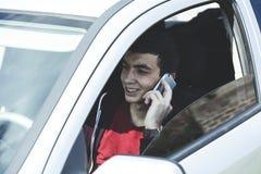 T?l?phone de main d'homme dans la voiture images stock