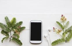 T?l?phone portable avec la composition florale sur le blanc images stock