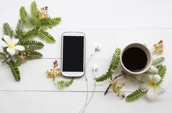 T?l?phone portable avec la disposition chaude de caf? sur le blanc photos stock