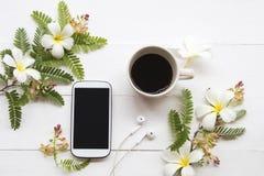 T?l?phone portable avec la disposition chaude de caf? sur le blanc images libres de droits