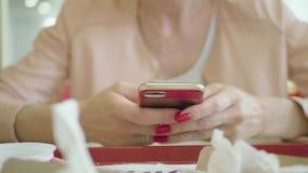 T?l?phone portable d'utilisation de jeune femme tout en se reposant dans le caf? confortable pendant la pause, lecture femelle he banque de vidéos