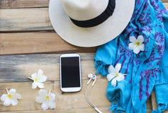 T?l?phone portable et accessoires de femme de lifesyle photographie stock