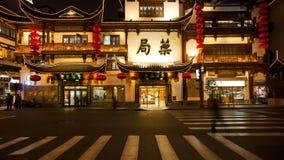 T l yuyuan bazaardistrict bij nacht Shanghai China stock videobeelden