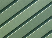 Tôle d'acier ondulée verte avec les guides verticaux Photographie stock