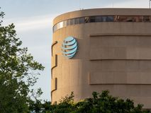 AT&T-Logo, das ein Bürogebäude in einem Silicon Valley-locatio verehrt lizenzfreie stockfotos