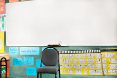 T?m stol i ett klassrum eller en labb arkivbilder