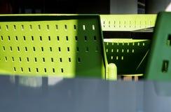 T?m tabeller och stolar som inget sitter i kafeterian royaltyfria bilder
