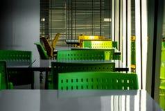 T?m tabeller och stolar som inget sitter i kafeterian royaltyfri bild