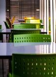T?m tabeller och stolar som inget sitter i kafeterian arkivfoton