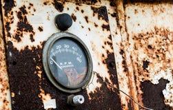 T/min-maat op een oud roestig paneel met de verf die van de scherfschil weg afschilferen Stock Fotografie