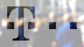 T-Mobile logo na szkle przeciw zamazanemu tłumowi na steet Redakcyjny 3D rendering Zdjęcie Royalty Free